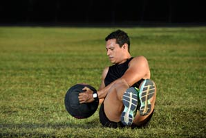 Voluntary muscle contraction – twist crunches with a medicine ball